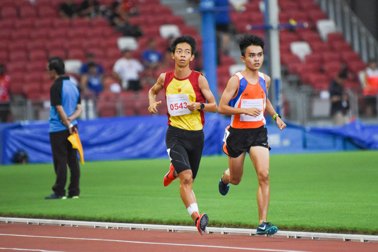 Loh Wei Long (#638) of Yuan Ching Secondary edged out Aeron Young (#543) of HCI to gold in the B Division boys' 2000m Steeplechase final. (Photo 1 © Iman Hashim/Red Sports)