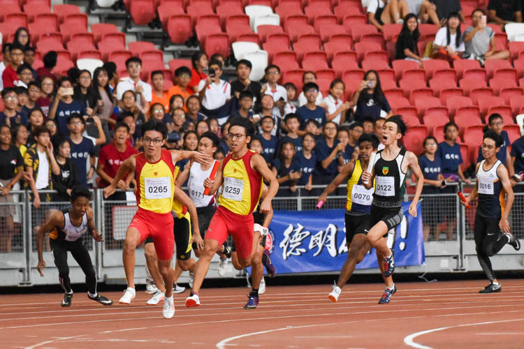 HCI's Sin Ming Wei receives the baton for the anchor leg in the A Division boys' 4x100m relay. (Photo 1 © Iman Hashim/Red Sports)