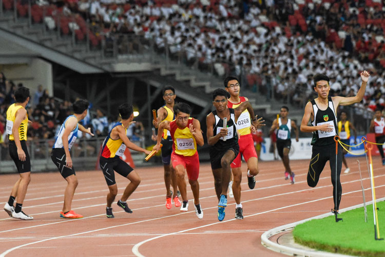 RI's 800m-1500m champion Nedunchezian Selvageethan (#125) and HCI's Or Yong Jing (#259) receive the baton on the third leg of the A Division boys' 4x400m relay. (Photo 1 © Iman Hashim/Red Sports)