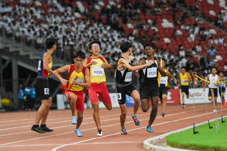HCI's Sin Ming Wei receives the baton earlier than RI's Marcus Tan for the anchor leg in the A Division boys' 4x400m relay. (Photo 1 © Iman Hashim/Red Sports)