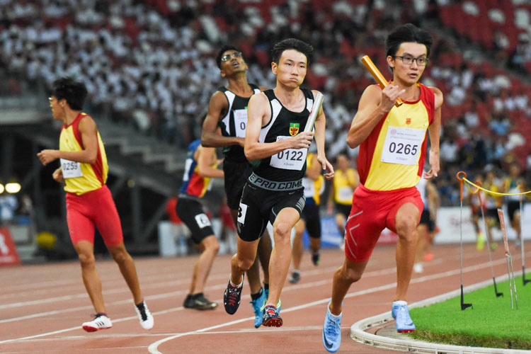 It's a battle between 400m champion Sin Ming Wei (#265) of HCI and 400m bronze medalist Marcus Tan (#122) of RI on the anchor leg in the A Division boys' 4x400m relay. (Photo 1 © Iman Hashim/Red Sports)