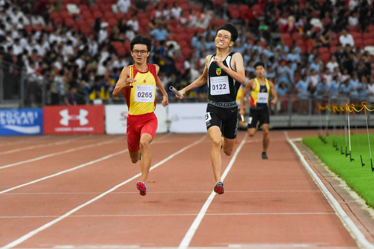 RI's Marcus Tan (#122) and HCI's Sin Ming Wei (#265) neck-and-neck on the final stretch of the A Division boys' 4x400m relay. (Photo 1 © Iman Hashim/Red Sports)