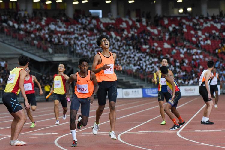 SSP's Irsyad B Mohammad Said (#137) passes the baton over to Harieharan s/o Durairaj (#136) in the B Division boys' 4x400m relay. (Photo 1 © Iman Hashim/Red Sports)