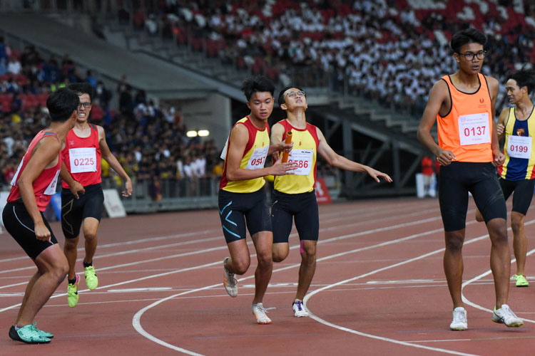 Damien Koh (#547) of HCI receives the baton from teammate Wong Wuwen in the B Division boys' 4x400m relay. (Photo 1 © Iman Hashim/Red Sports)