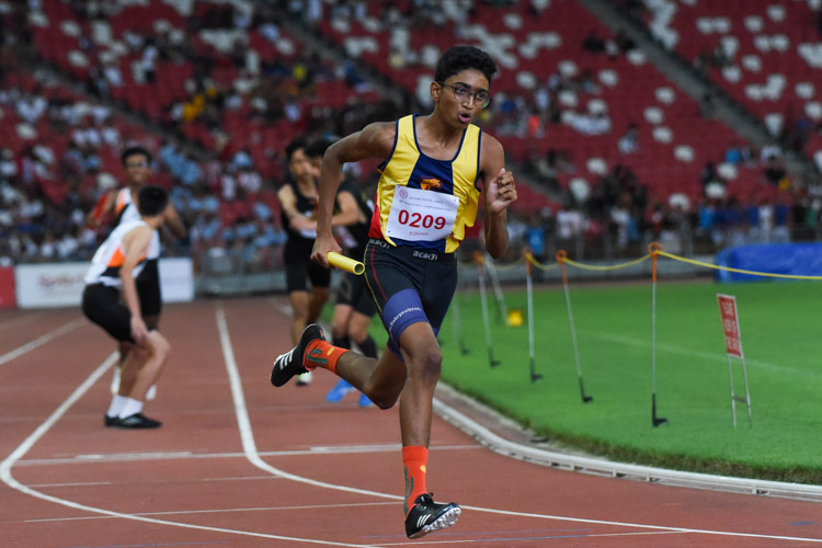 Sharad Selvam Ramachandra (#209) of ACS(I) starts his leg in the B Division boys' 4x400m relay. (Photo 1 © Iman Hashim/Red Sports)