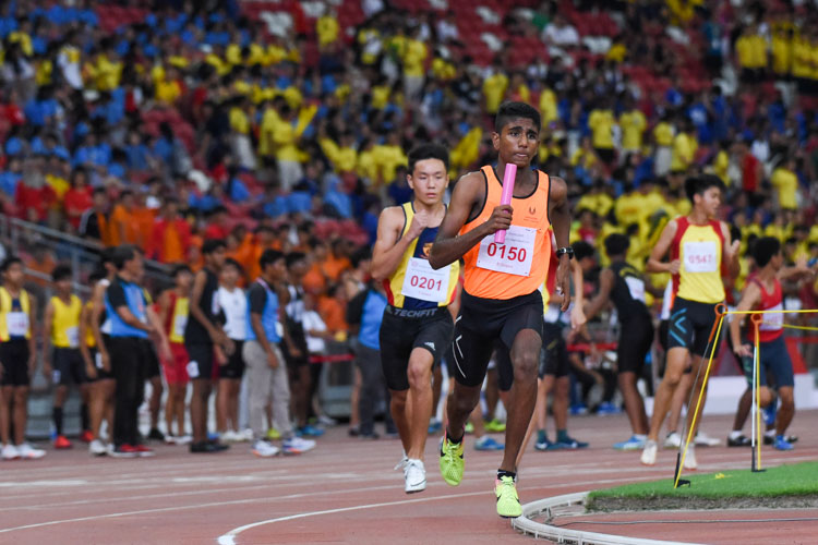 Shan s/o Anandan (#150) runs the third leg for SSP in the B Division boys' 4x400m relay, followed closely behind by ACS(I)'s Mark Lee (#201). (Photo 1 © Iman Hashim/Red Sports)