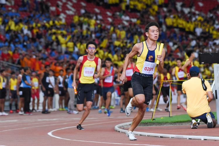 Mark Lee (#201) runs ACS(I)'s third leg in the B Division boys' 4x400m relay. (Photo 1 © Iman Hashim/Red Sports)