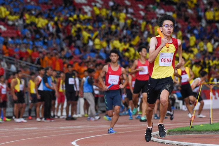 Lim Yee Rei (#559) runs HCI's third leg in the B Division boys' 4x400m relay. (Photo 1 © Iman Hashim/Red Sports)