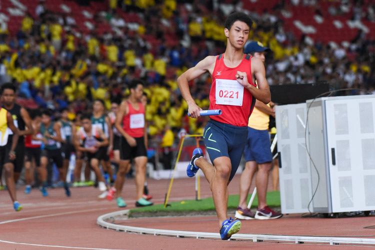 Lim Seow Kiat (#221) runs the third leg for Gan Eng Seng School in the B Division boys' 4x400m relay. (Photo 1 © Iman Hashim/Red Sports)