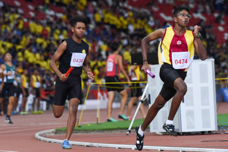 Abenav Ananth Aravindan (#474) runs the third leg for Victoria School in the B Division boys' 4x400m relay. (Photo 1 © Iman Hashim/Red Sports)