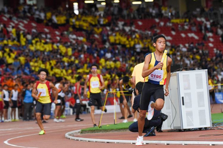 Julian Chew (#196) anchors ACS(I) in the B Division boys' 4x400m relay. His team finished in second place. (Photo 1 © Iman Hashim/Red Sports)