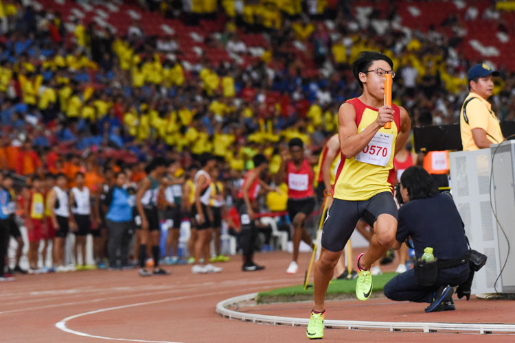 Or Yong Hur (#570) anchors HCI in the B Division boys' 4x400m relay. His team finished in third place. (Photo 1 © Iman Hashim/Red Sports)