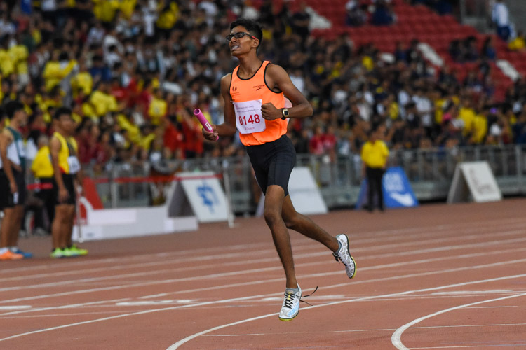 Raam Kumar Muthukumaran (#148) celebrates after anchoring SSP to the B Division boys' 4x400m relay gold. (Photo 1 © Iman Hashim/Red Sports)