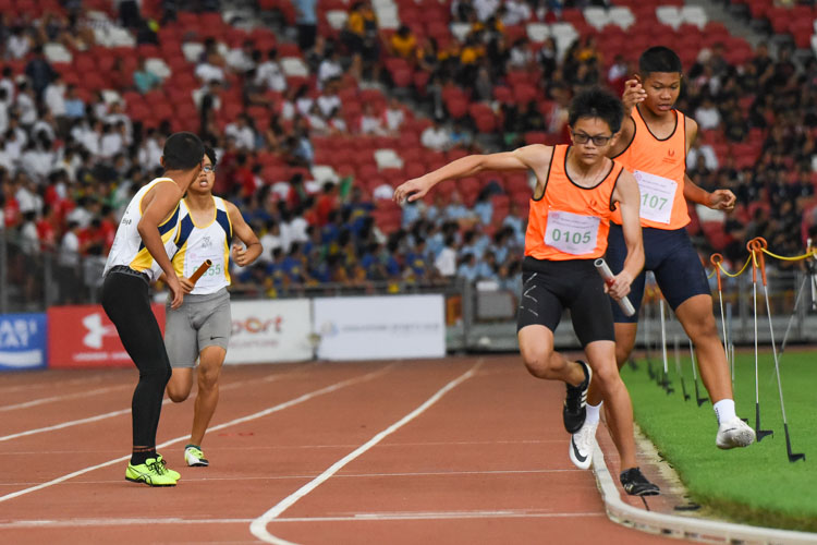 Uh-oh: SSP's Liau Fong Jun (#105) accidentally steps out of the track between the second and third legs of the C Division boys' 4x400m relay. (Photo 1 © Iman Hashim/Red Sports)