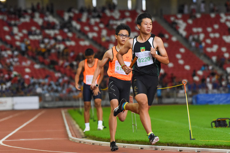 Marcus Heng (#220) starts the third leg for RI in the C Division boys' 4x400m relay. (Photo 1 © Iman Hashim/Red Sports)