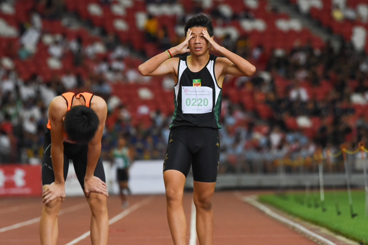 Marcus Heng (#220) of RI dissatisfied with his third leg in the C Division boys' 4x400m relay. (Photo 1 © Iman Hashim/Red Sports)