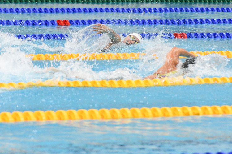 Gan Ching Hwee (white cap) of MGS on the anchor freestyle leg of the B Division girls' 200m Medley Relay final, helping her team edge out RGS to the gold in 1:59.11. (Photo 1 © Iman Hashim/Red Sports)