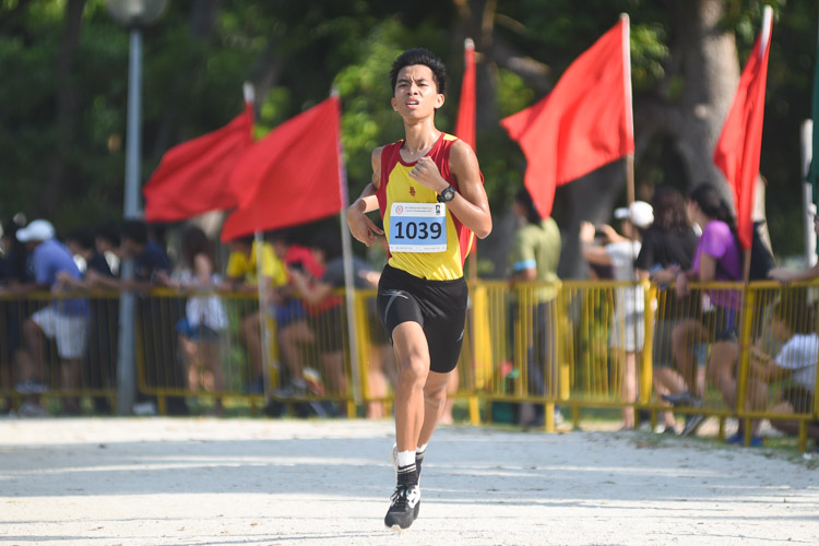 HCI's Dave Tung (#1039), who placed second last year, finished third this time in the Boys' A Division cross country race with a time of 16:32.7. (Photo 1 © Iman Hashim/Red Sports)