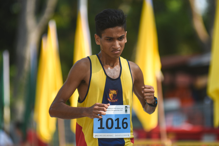 ACS(I)'s Rajesh Muthu (#1016) finished seventh in the Boys' A Division cross country race with a time of 16:53.3. (Photo 1 © Iman Hashim/Red Sports)