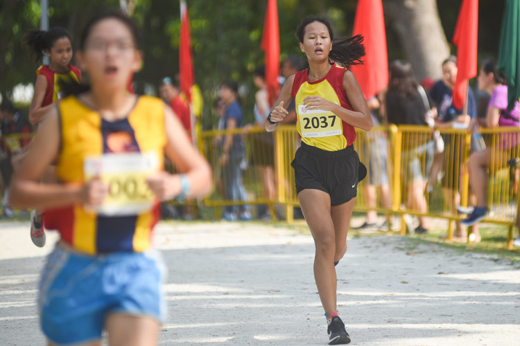 HCI's Jolene Tan (#2037) finished fourth in the Girls' A Division cross country race with a time of 16:15.3. (Photo 1 © Iman Hashim/Red Sports)