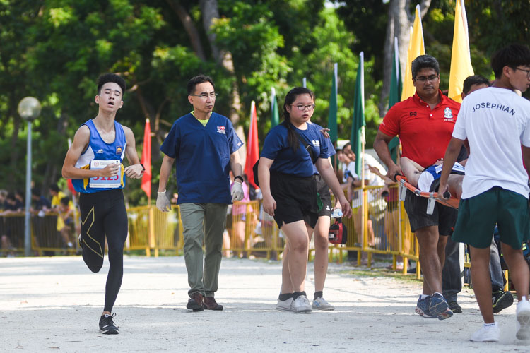 Guangyang Secondary's Abroysius Ng (far left) finished second in the Boys' B Division cross country race with a time of 16:56.1. (Photo 1 © Iman Hashim/Red Sports)