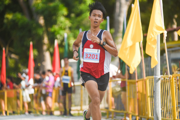 Nan Hua High's Lim Yu Zhe, the recent track 800m-1500m champion, finished 10th in the Boys' B Division cross country race with a time of 17:44.4. (Photo 1 © Iman Hashim/Red Sports)