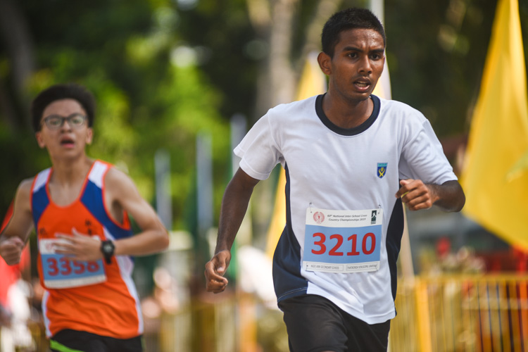 Ngee Ann Secondary's Thatikonda Venugopal (#3210) finished 18th in the Boys' B Division cross country race with a time of 18:01.9. (Photo 1 © Iman Hashim/Red Sports)