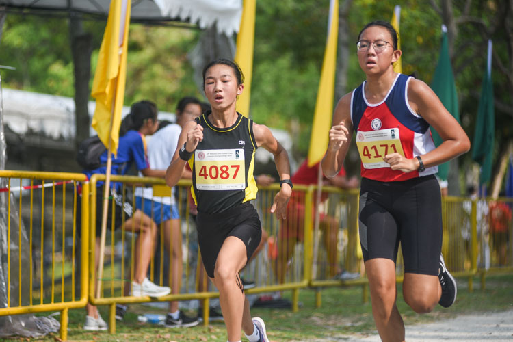 Crescent Girls' Felis Tan (#4087) finished eighth while Nan Hua High's Ong Minn Shuen (#4171) finished ninth in the Girls' B Division cross country race with times of 16:36.36 and 16:36.40 respectively. (Photo 1 © Iman Hashim/Red Sports)