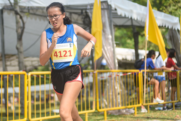 Teo Jia Wen (#4121) of Guangyang Secondary finished 19th in the Girls' B Division cross country race with a time of 17:10.4. (Photo 1 © Iman Hashim/Red Sports)