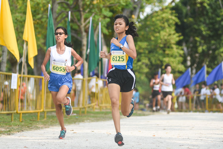 Guangyang Secondary's Kayla Ng (#6125) finished third while CHIJ St. Nicholas Girls' Chan Shi Kai (#6055) placed fourth in the Girls' C Division cross country race with times of 16:32.8 and 16:33.2 respectively. (Photo 1 © Iman Hashim/Red Sports)