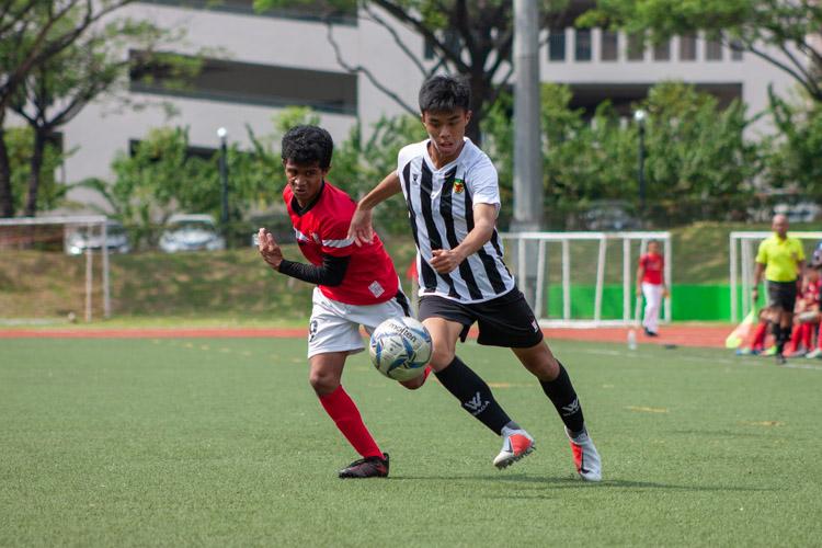 Ethan Lim (RI #5) gets the better of Rajakumar Nityasundar (NJC #9). (Photo 9 © REDintern Jordan Lim)