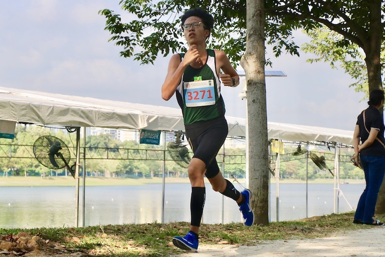 RI's Chai Jiacheng finished first in the Boys' B Division cross country race with a time of 16:49.9. (Photo 5 © Julianna Jothi/Red Sports)