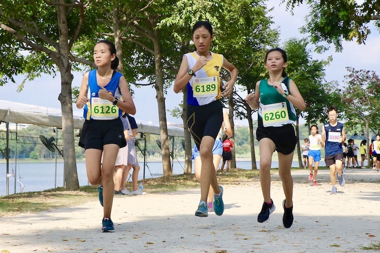 Elim Qiu (#6189) of Nanyang Girls' High School placed 12th in the Girls' C Division cross country race with a time of 17:26.6. (Photo 1 © Julianna Jothi/Red Sports)