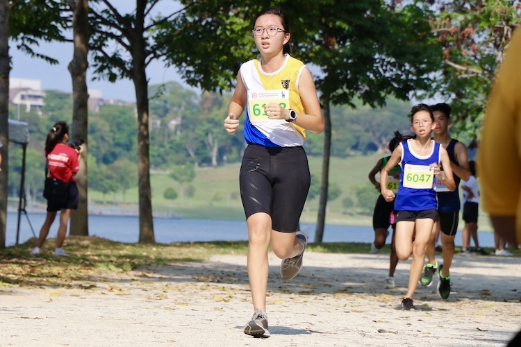 Esther Tay (#6191) of Nanyang Girls High School placed 15th in the Girls' C Division cross country race with a time of 17:36.7. (Photo 1 © Julianna Jothi/Red Sports)
