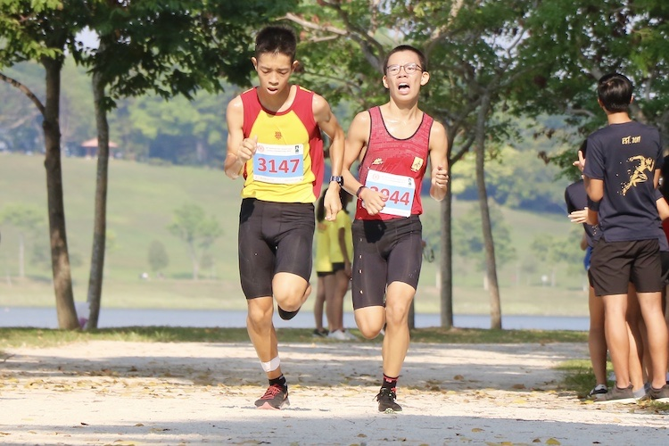 Bryan Ong (#3044) of Bukit Batok Secondary placed ninth in the Boys' B Division cross country race with a time of 17:40.9. (Photo 1 © Julianna Jothi/Red Sports)
