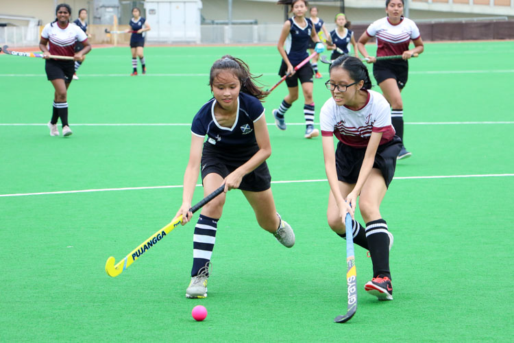 Jurina Cheong (SAJC #3) and Wong Le Xuen (JPJC #21) competes for the ball. (Photo 1 © Clara Lau/REDintern)