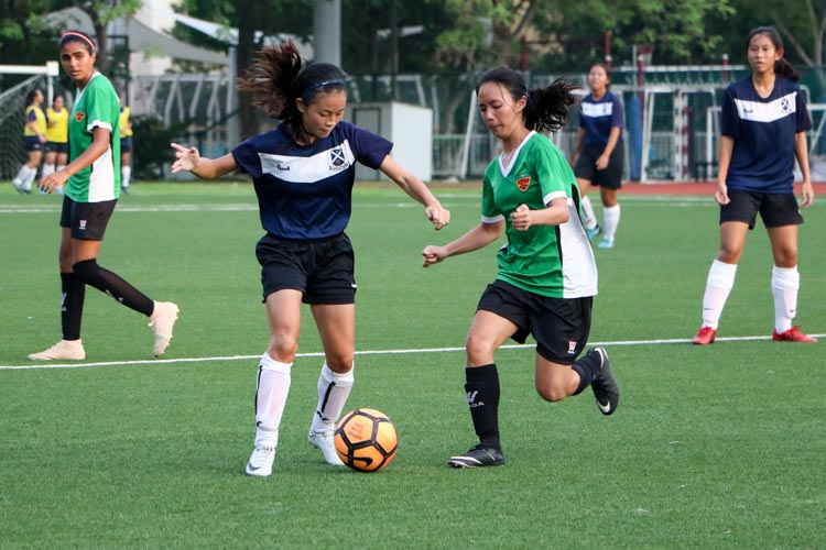 Seow Si Min (RI #18) looking to dispossess Clae Kho (SAJC #9). (Photo 3 © Clara Lau/REDintern)