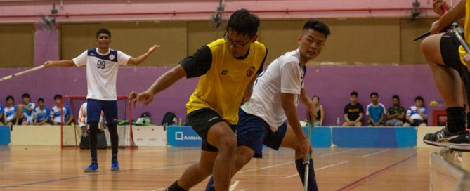 Faez Nabil (VJC #61) tussling for the ball with Shaune Chua (TMJC #23). (Photo 1 © REDintern Jordan Lim)