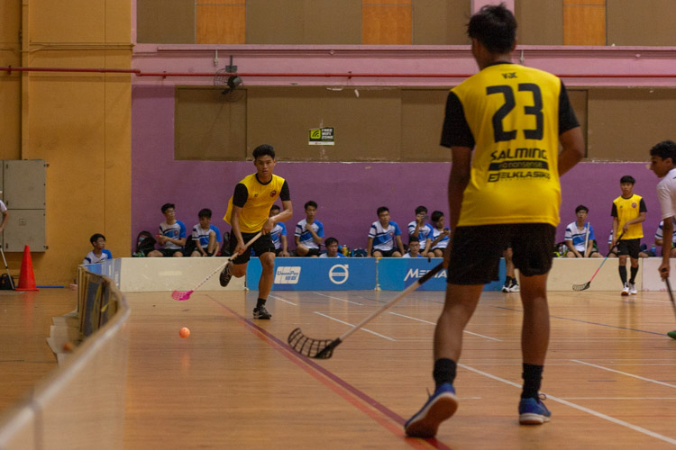 Amir Hamdan (VJC #25) passes the ball to Mikail Sumono Ramli (VJC #23) down the flank. (Photo 7 © REDintern Jordan Lim)