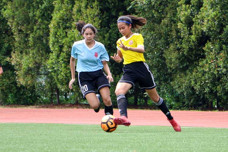 Leong Hui Ling (VJC #5) dribbles the ball down the wings closely followed by Drew Nicole Saurajen (HCI #20). (Photo 5 © Clara Lau/REDintern)
