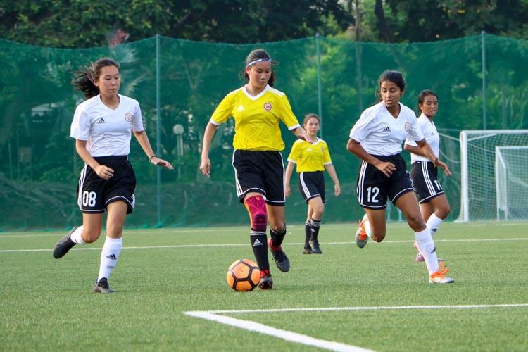 Joie Teo (VJC #10) brings the ball down the wing. (Photo 1 © Clara Lau/REDintern)