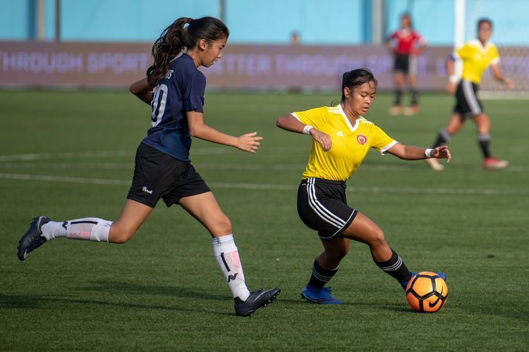 Defender Sarah Lum (SA #10) runs towards a VJC attacker with the ball.