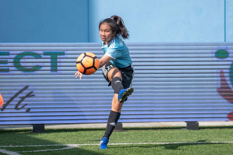 Nicole Lim (HCI #21) takes a corner kick.
