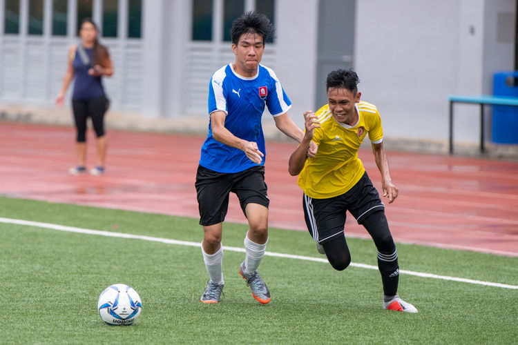 Javier Chua (NYJC #7) and Sirhan Muzaffar (VJC #17) struggle for possession.