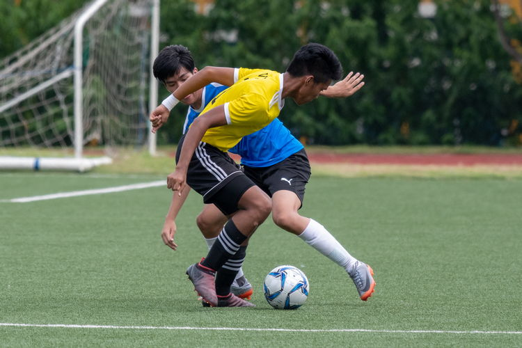 Javier Chua (NYJC #7) tries to pull the ball past Haikel B Zaini (VJC #11).