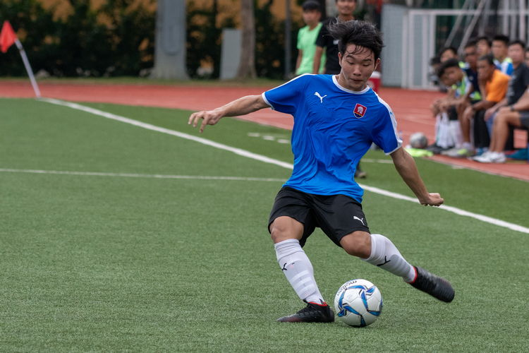 Gareth Yeo (NYJC #18) passes into the center.
