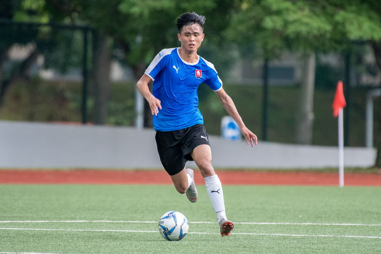 Neo Wei Yang (NYJC #17) dribbles the ball towards the VJC goal.