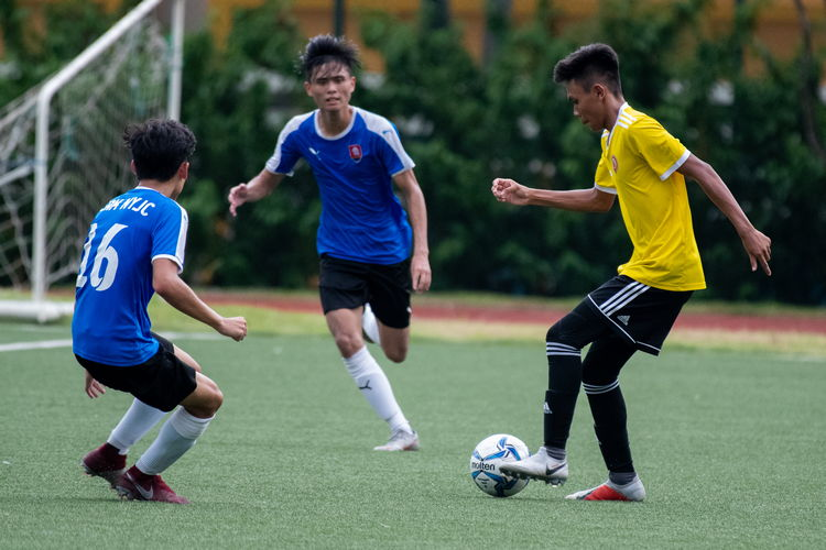 Sirhan Muzaffar (VJC #17) faces off against NYJC players Julio Tan (#16) and Neo Wei Yang (#17).