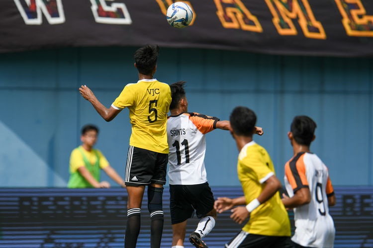 Akmal B Adli Yashir (VJC #5) and Zachariah Lim (SAJC #11) contest a header.