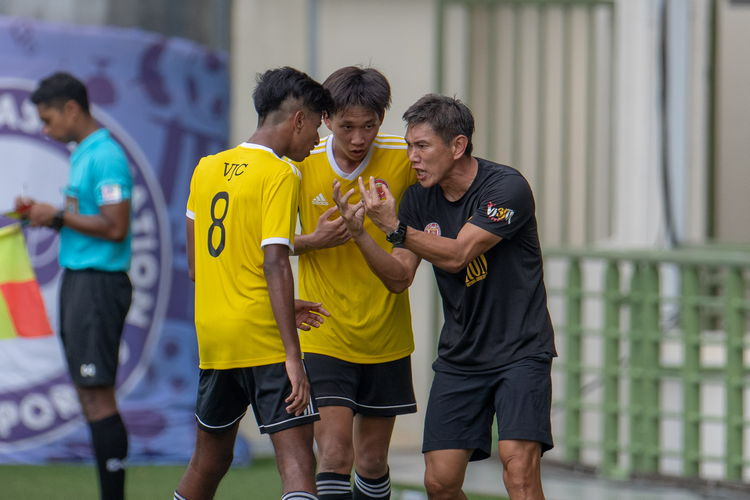 Victorian coach Mr. Tan Yew Hwee pulls captain Jeremy Loke (#4) and Philip Koshy (#8) to the sidelines to advise them.